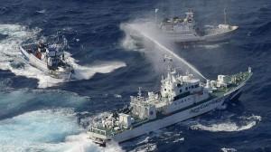 La Guardia Costera Japonesa lanzando agua sobre navíos taiwaneses