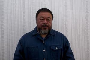 Ai Weiwei con la lista de niños fallecidos